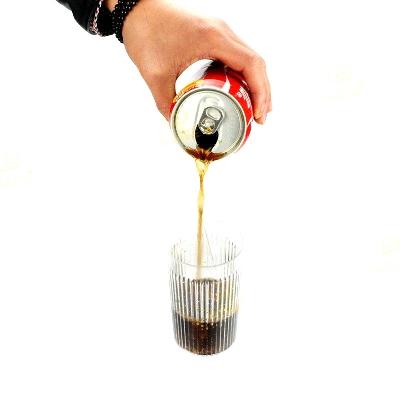 Coca Cola sospesa con bicchiere