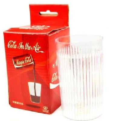 Coca Cola sospesa in aria con bicchiere e gimmick