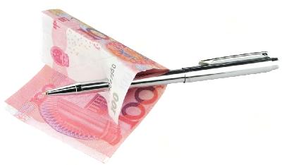 Penna in mettallo attraverso banconota